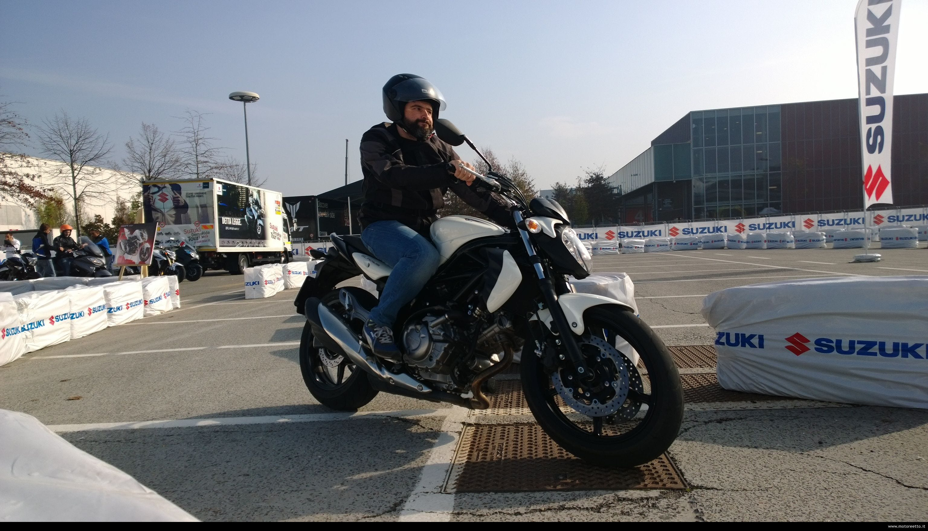 foto a suzuki gladius 650 scattata con windows nokia lumia 1020