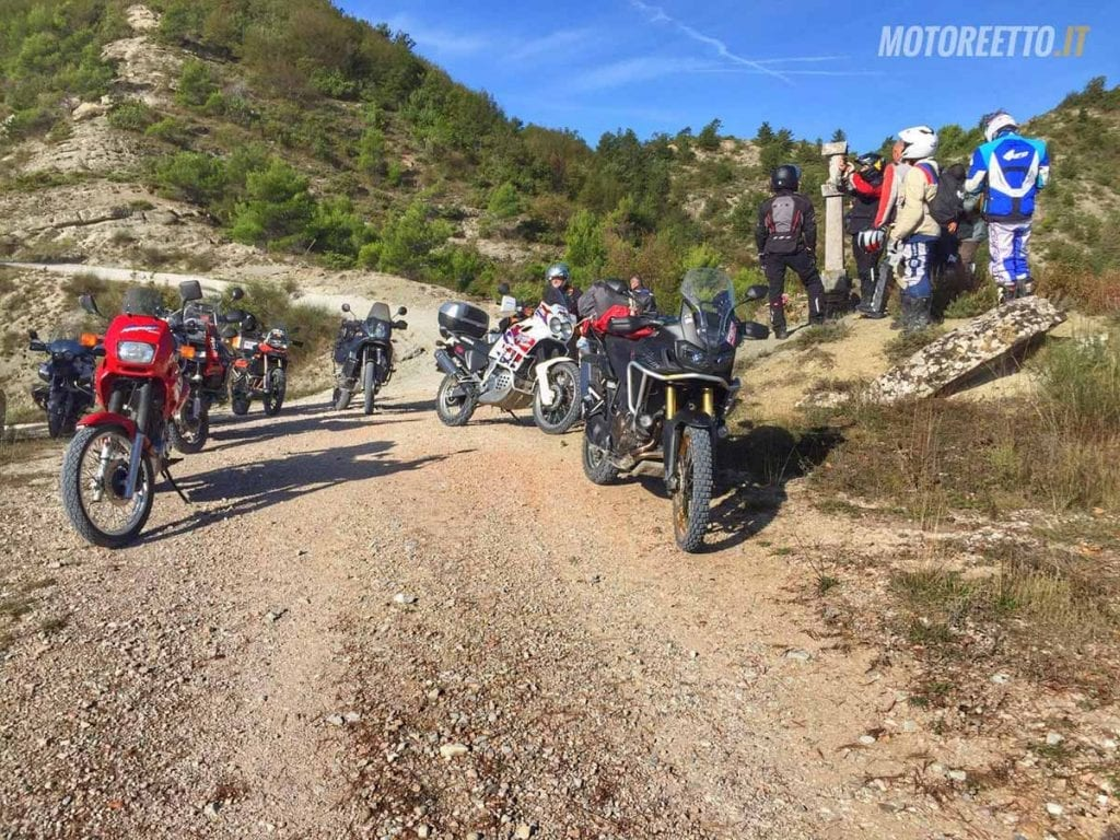 moto in sosta marche dirty roads strade bianche